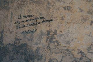"""Sul muro del nostro hotel c'è un messaggio, un """" tatuaggio """" d'amore che racconta in poche parole la poesia di quello che ci circonda..lo spettacolare paesaggio di cui anche voi vi innamorete perdutamente : """"..il mare che si arrampica tra le rocce e i dirupi..."""" Vi aspettiamo..#thepoethotel  #laspezia #sarzana #cinqueterre #italia #italy #liguria #travel #viaggi #soggiorniesclusivi"""
